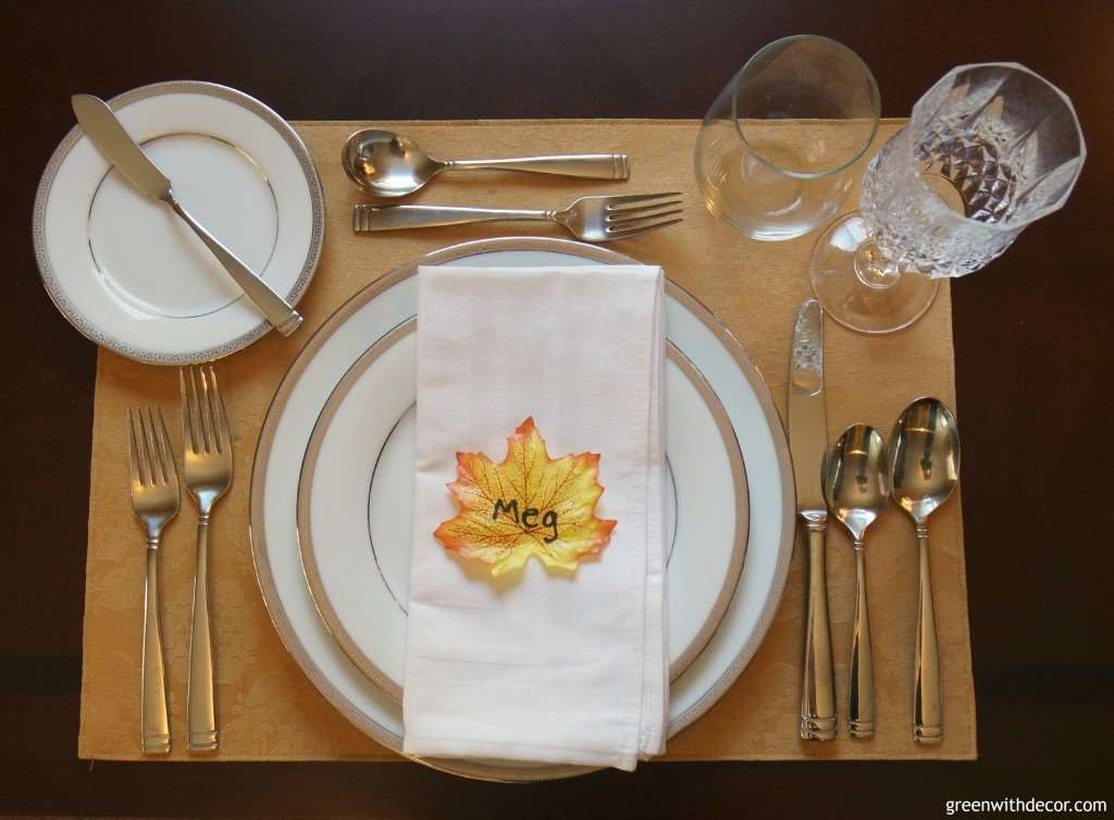 What a cute idea! An easy Thanksgiving place setting. Seriously, setting the table took longer than making these. | Green With Decor