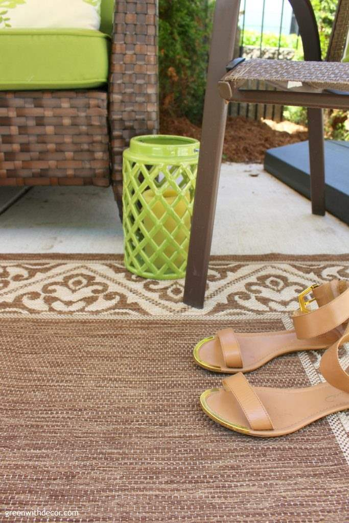 5 easy ways to add color to the patio. These are so fun! I want to finish decorating our patio now! | Green With Decor