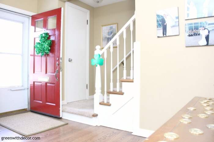 St. Patrick's Day decorating ideas for the living room, foyer and bathroom - love all the green touches she has! Plus a cute St. Patrick's Day DIY projects!