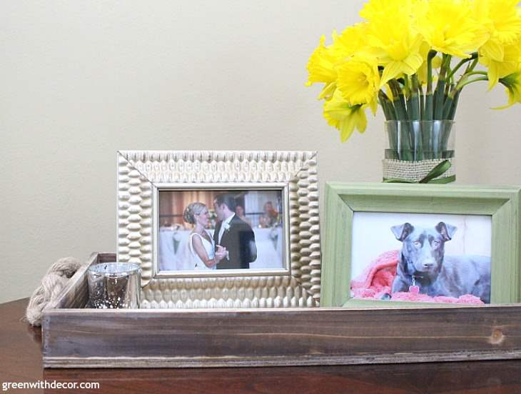 3 simple ways to decorate with a tray. Love this wood rustic tray with the rope handles! Ideas for styling and decorating a tray with family photos | spring decorating ideas | flowers | wine napkins | metal basket | Moscow mule mugs | camelback walls
