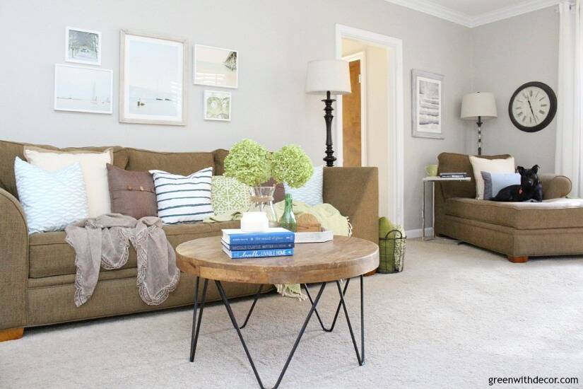 The costal rustic living room reveal - gorgeous beachy coastal living room with budget-friendly decorating and DIY projects. Love all the beachy coastal touches mixed with the modern tables!