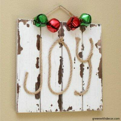 How to make a DIY Christmas 'JOY' sign. Love this with the little jingle bells, what a fun Christmas craft project!