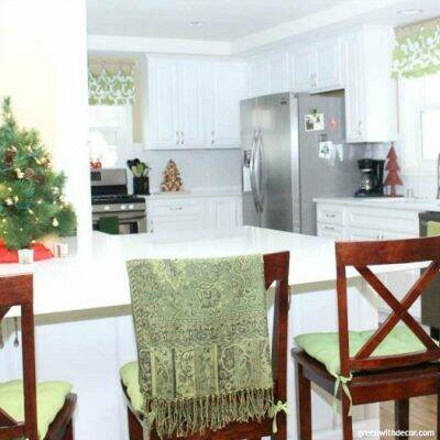 10 easy Christmas decorating ideas in the kitchen and bathroom. This blogger has great Christmas decorating ideas, and they don't cost much at all! I love her white kitchen and all the festive Christmas pieces.