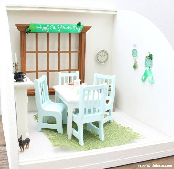A miniature St. Patrick's Day dining room - easy ideas for decorating a dollhouse!