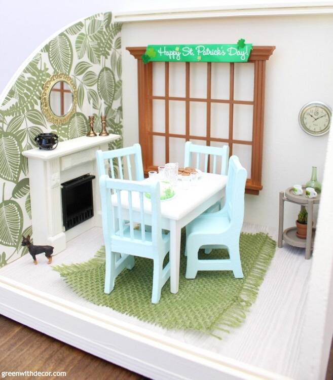 A miniature St. Patrick's Day dining room - easy ideas for decorating a dollhouse! Love all of the cute miniature pieces!
