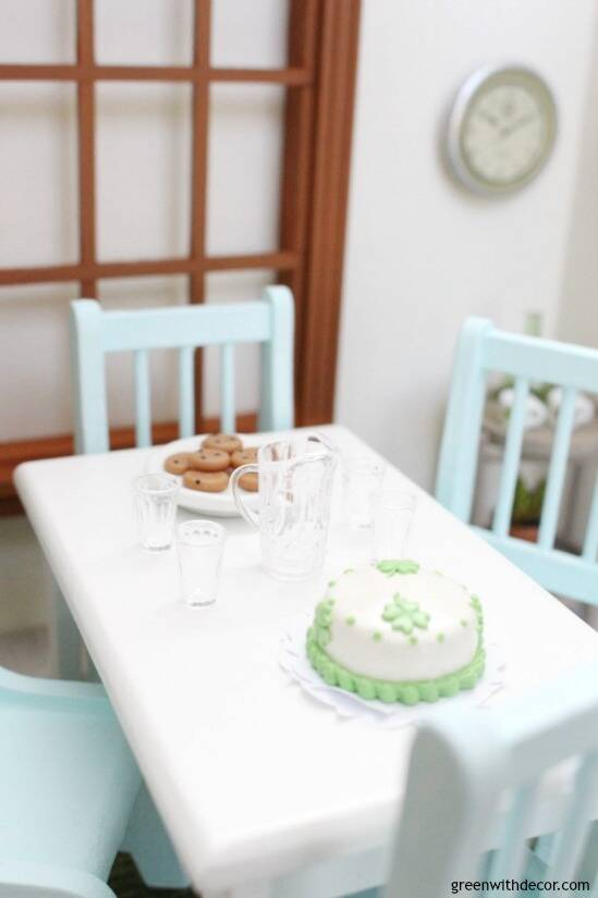 A miniature St. Patrick's Day dining room - easy ideas for dollhouse decorating! Love that mini shamrock cake with that pitcher and glasses!