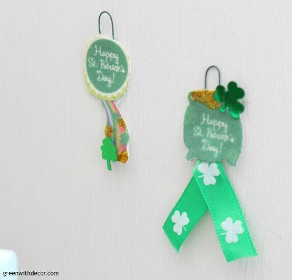 A miniature St. Patrick's Day dining room - easy ideas for dollhouse decorating! How cute are those festive holiday signs?!