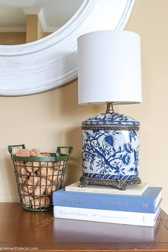 Small coastal foyer with blue and white lamp